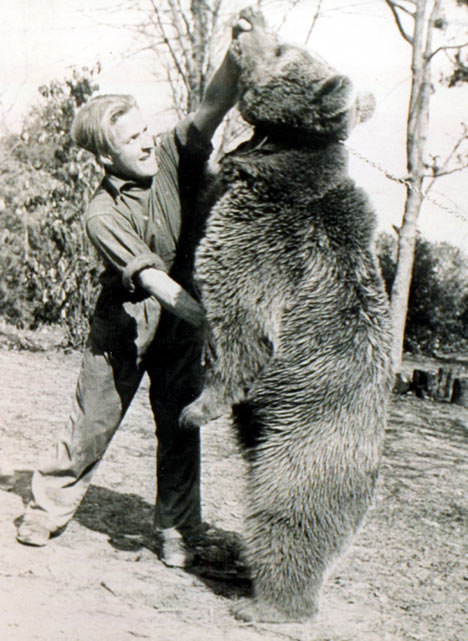 When he wasn't fighting Nazis, Wojtek would wrestle with his fellow soldiers.